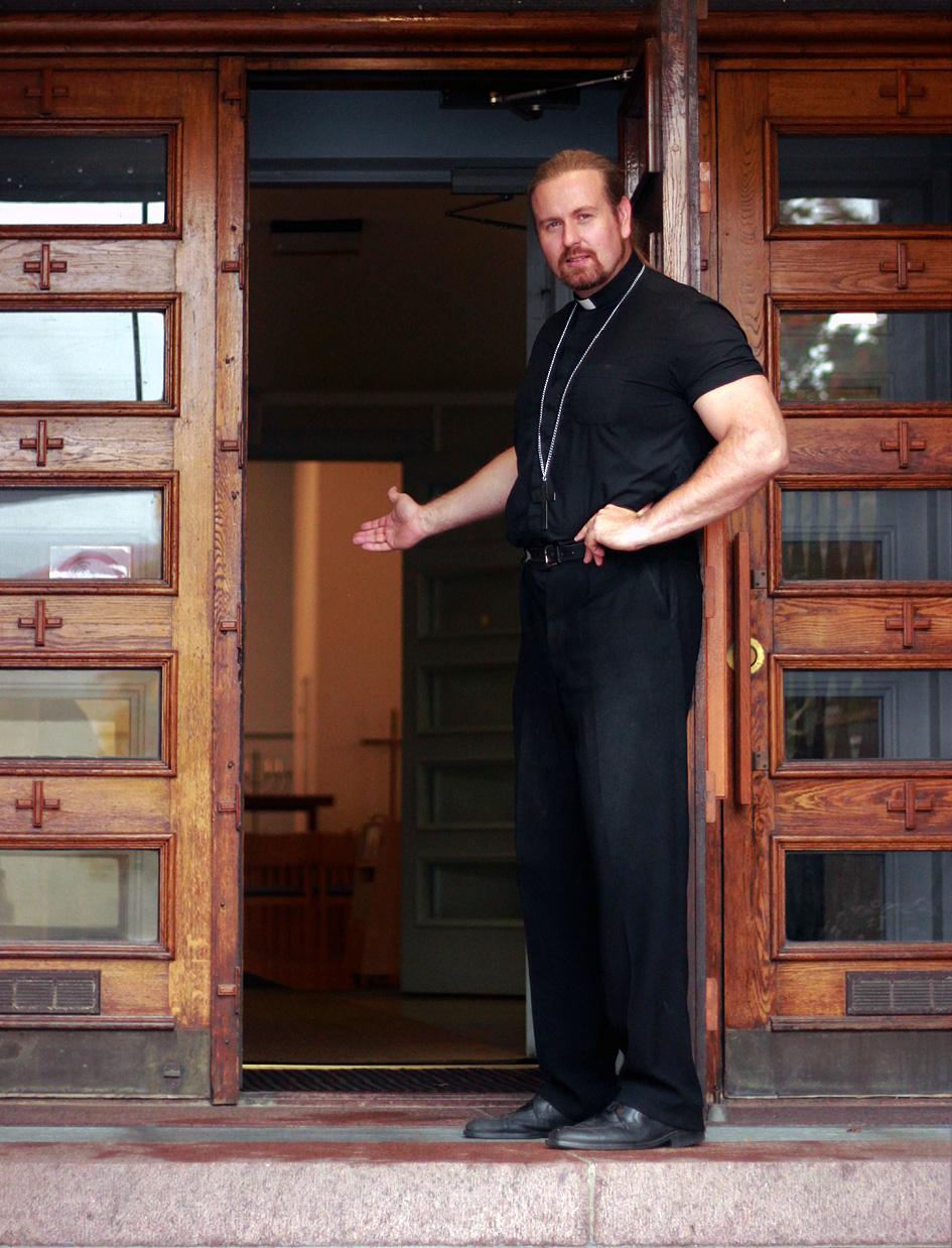 Pastori Johannes Häkämies toivottaa tervetulleeksi kirkkoon